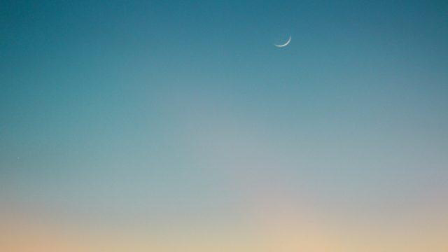 朝焼けの三日月と空