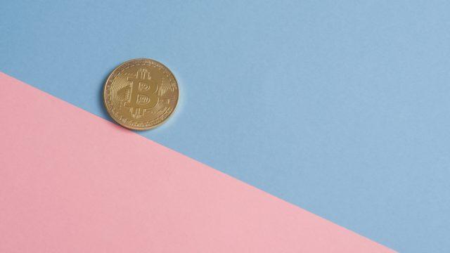 ビンクとブルーの背景の上のコイン