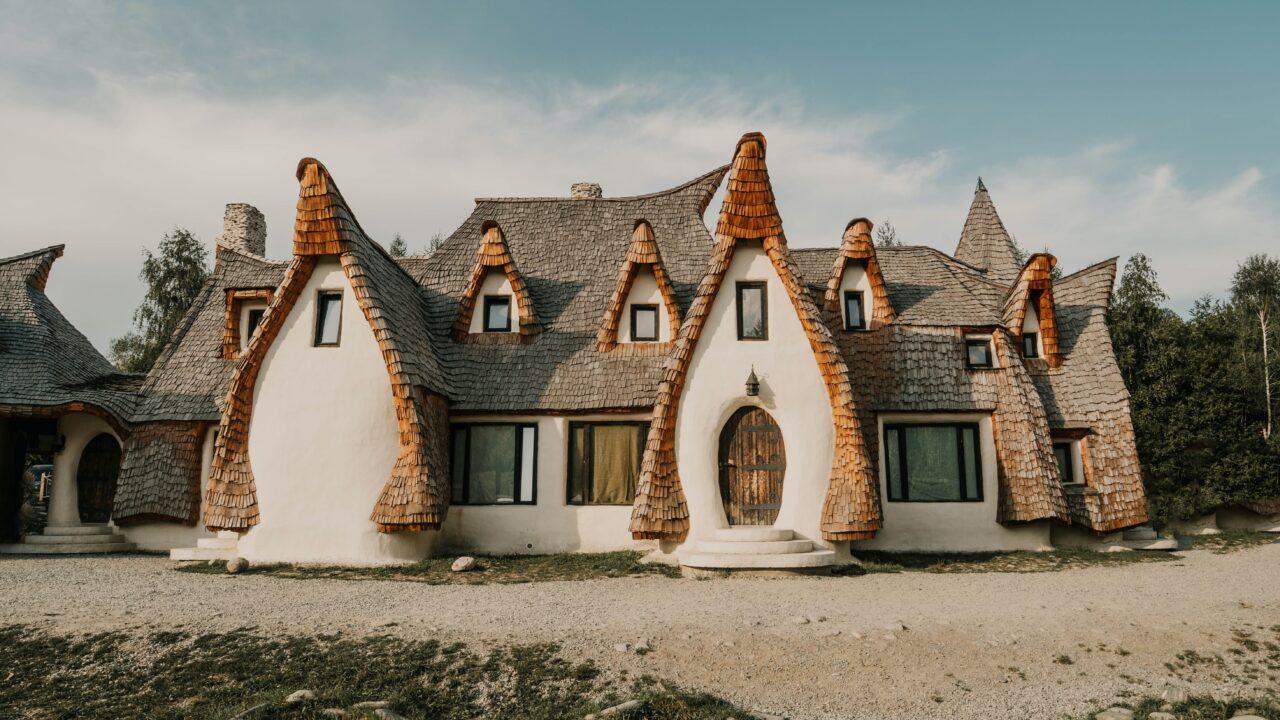 屋根部分が尖っている有機的なデザインの家