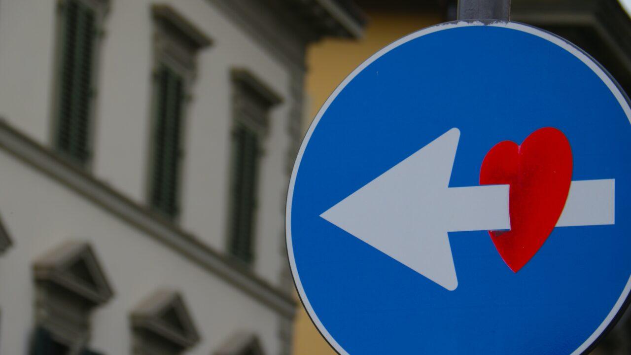 赤いハートに青い矢印が刺さっているサイン