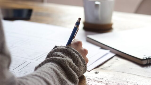 マグカップを卓上に置き、シャーペンでノートに右手で書き込む