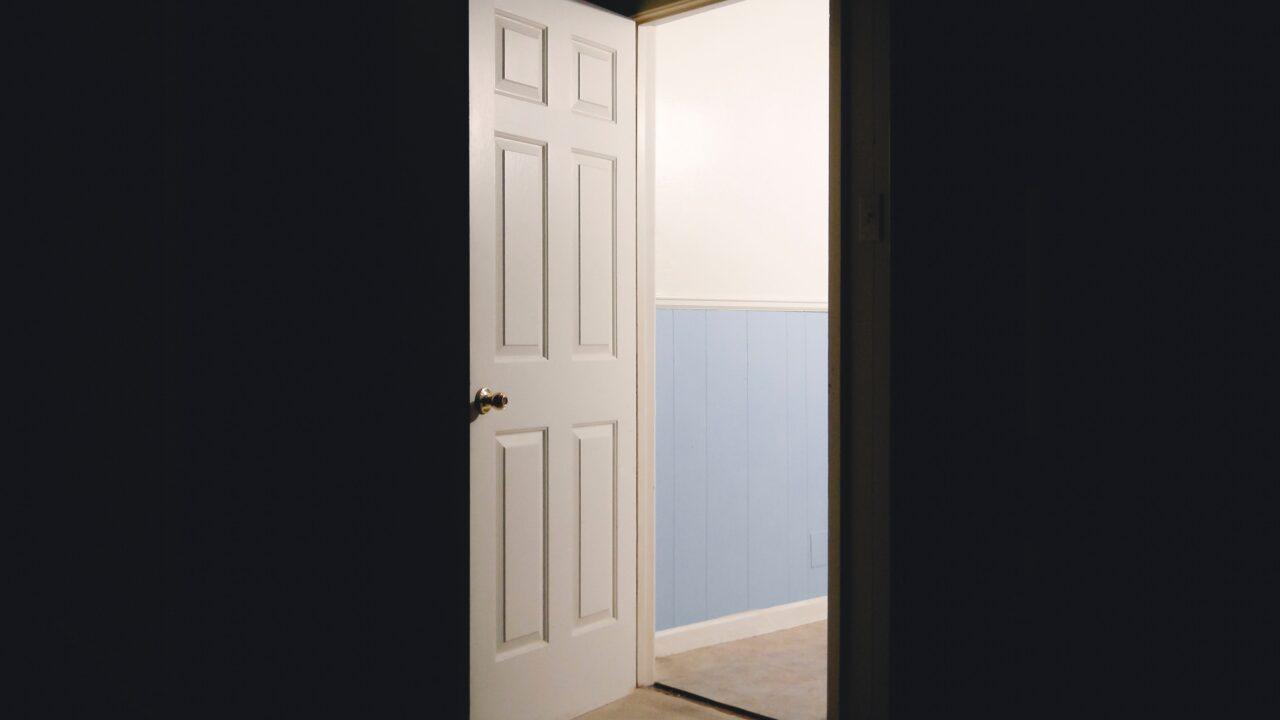 ドアが開いてそこから光が漏れている