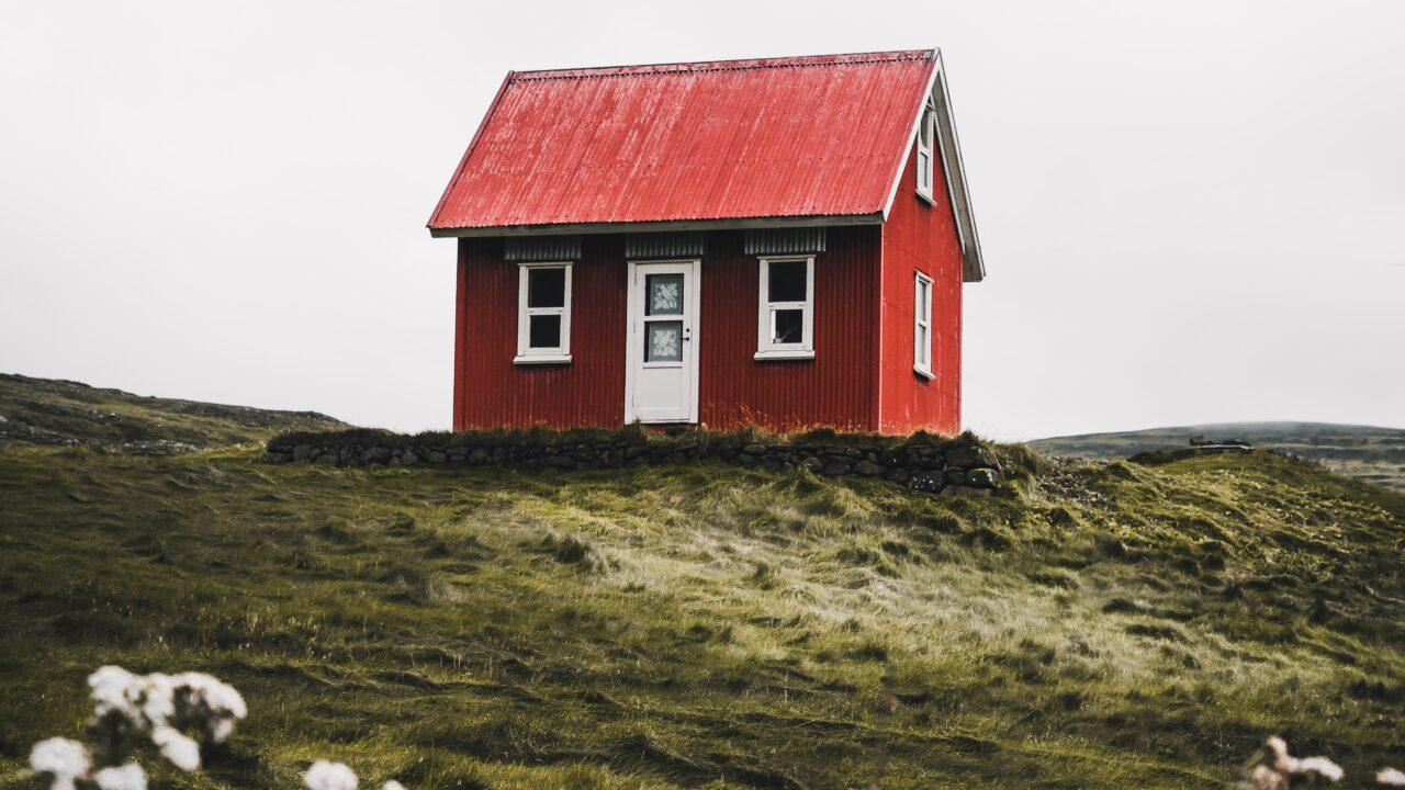 赤い家が丘の上に立っている