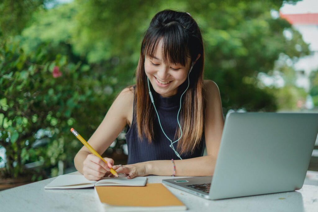 オンラインレッスンを受けているアジア人女性