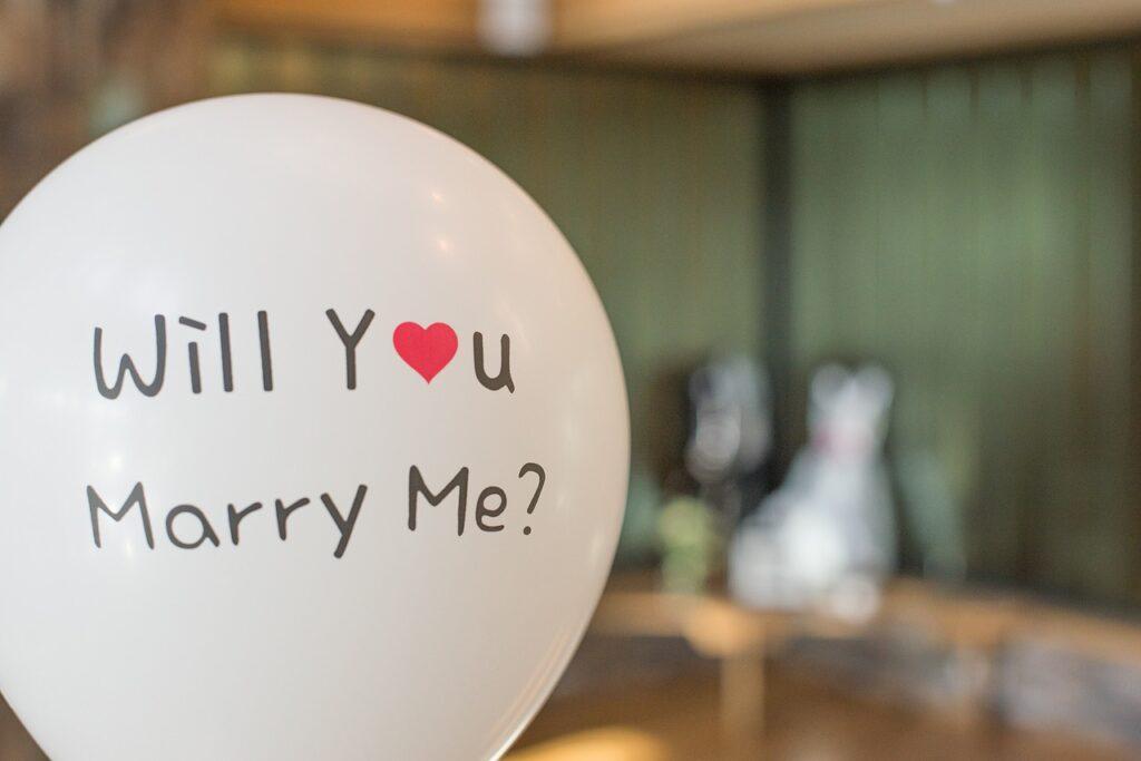 """風船に""""Will you marry me?""""と書かれている"""